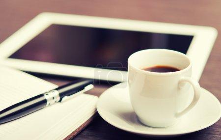 Photo pour Lieu de travail, bureau : bouchon de café et tablette PC et ordinateur portable avec stylo - image libre de droit