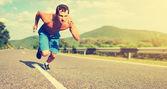 Muž sportovec běží na povaze při západu slunce