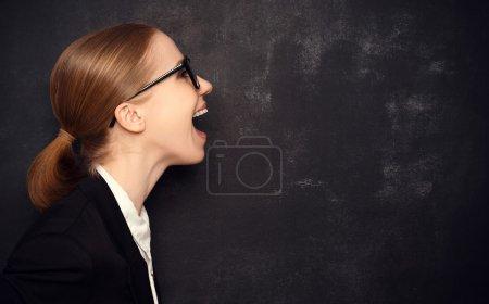 Photo pour Pt femme dans des lunettes dit à un tableau noir vierge avec icône peinte à la craie - image libre de droit