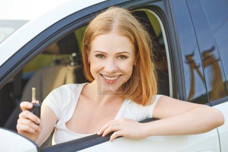 Photo pour Femme heureuse chauffeur avec des clés au volant d'une nouvelle voiture - image libre de droit