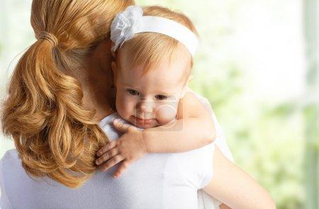Photo pour Jeune mère étreignant et réconfortant son bébé fille - image libre de droit