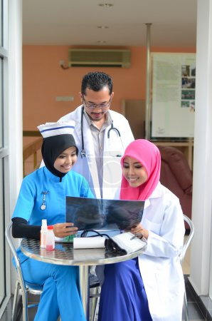 Photo pour Médecin musulman confiant conversation occupée à l'hôpital - image libre de droit