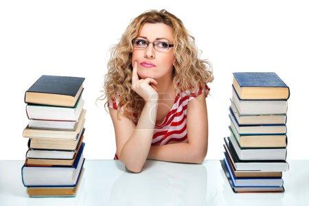 Photo pour Femme séduisante cheveux blonds entre les piles de livres sur fond blanc - image libre de droit