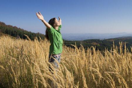 Photo pour Heureuse jeune fille, appréciant la beauté de la journée d'automne ensoleillée haute dans les montagnes - image libre de droit