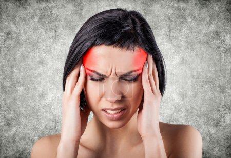 fille avec une tête douloureuse