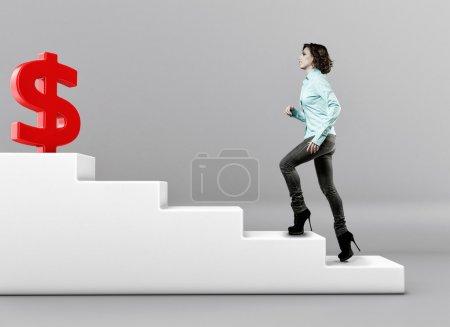 Photo pour La fille se lève vers le haut sur une échelle à l'argent - image libre de droit