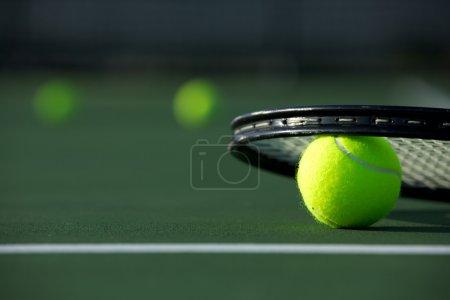 Photo pour Balles de tennis et une raquette sur le court avec la pièce pour copie - image libre de droit