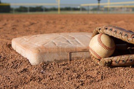 Photo pour Baseball en un gant près de troisième baseBaseball w rękawicy w pobliżu trzeciej bazy - image libre de droit
