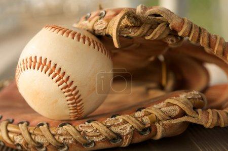 Photo pour Batte de baseball & sur l'herbe avec une salle pour copie - image libre de droit
