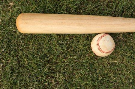 Photo pour Baseball sur l'herbe hors-champ avec la pièce pour la copie - image libre de droit
