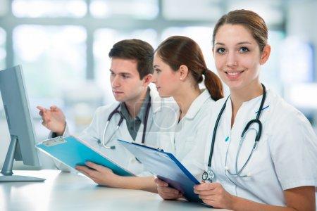 Photo pour Groupe d'étudiants en médecine étudient en salle de classe - image libre de droit