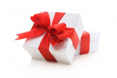 Photo pour Coffrets cadeaux avec ruban rouge et arc sur fond blanc - image libre de droit