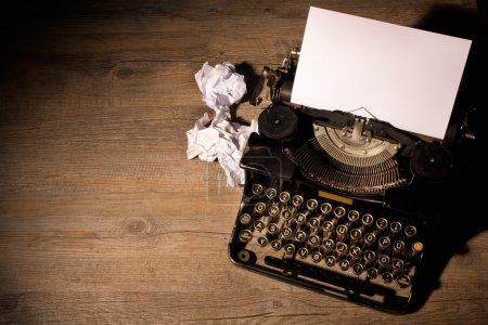 Photo pour Machine à écrire vintage et une feuille de papier vierge - image libre de droit