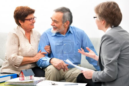 Photo pour Rencontre de couple senior avec un agent immobilier - image libre de droit