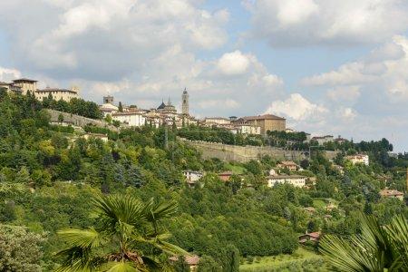 Photo pour Paysage urbain de la partie supérieure de la ville historique, tourné à partir de collines de l'ouest sur un été nuageux mais lumineux da - image libre de droit