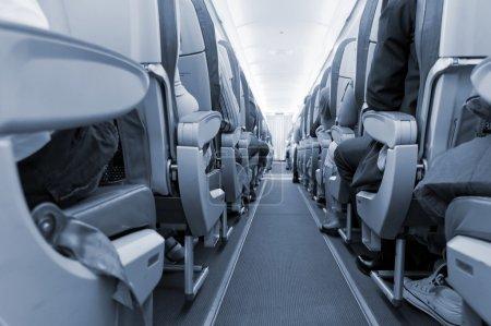 Photo pour Intérieur de l'avion avec passagers sur les sièges - image libre de droit