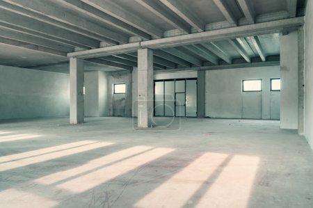 Photo pour Mur d'entrepôt vide ou zone commerciale, fond industriel - image libre de droit