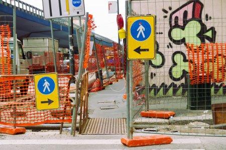 Foto de Obras viales urbanas con signo para peatones y tráfico - Imagen libre de derechos
