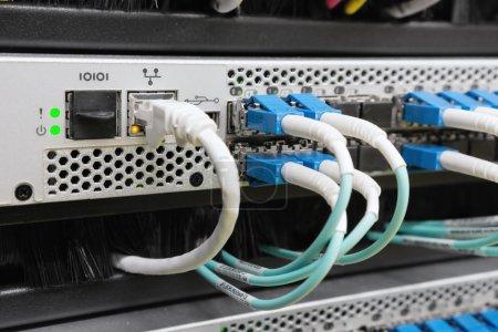 Photo pour Câbles de fibre optique reliés au centre de données - image libre de droit