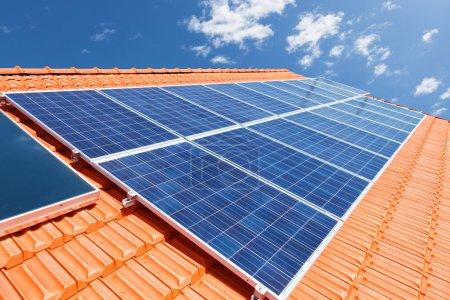 Foto de Energía renovable verde con paneles solares fotovoltaicos en el techo - Imagen libre de derechos