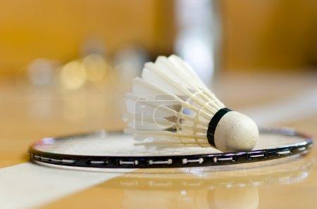 Photo pour Navette sur raquette de badminton en ligne - image libre de droit