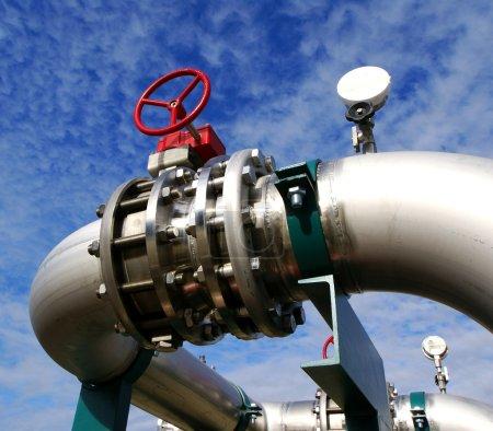 Photo pour Zone industrielle, pipelines en acier et vannes contre ciel bleu - image libre de droit