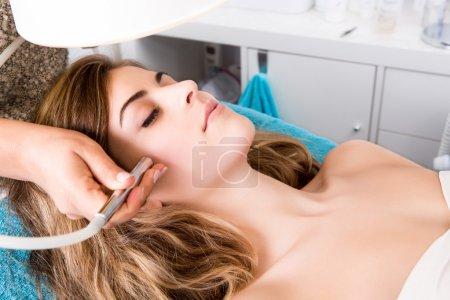 Photo pour Femme faisant des procédures cosmétiques dans une clinique de spa - image libre de droit