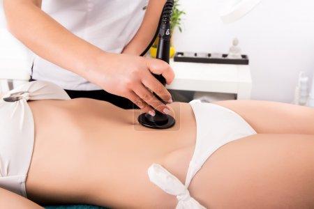 Photo pour Femme obtenant anticellulite et anti thérapie de graisse dans le salon de beauté - image libre de droit