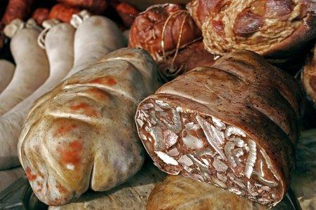 Photo pour Saucisses traditionnelles roumaines, disposés à servir. - image libre de droit