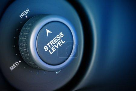 Foto de Botón de nivel de estrés con palabra baja, media y alta, fondo negro y azul - Imagen libre de derechos