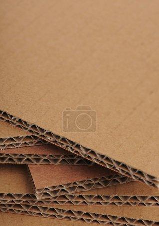 Photo pour Feuilles de carton ondulé vue du côté, espace libre sur le dessus - image libre de droit