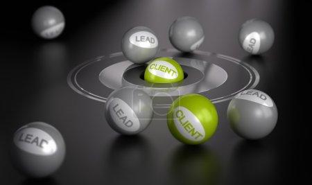 Photo pour Beaucoup de sphères sur fond noir avec la cible au centre sur la balle verte au centre. Image de concept de marketing, convertir des prospects en client ou clients . - image libre de droit