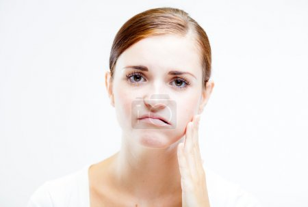 Photo pour Jeune femme avec mal de dents, Sentiment de douleur dentaire - image libre de droit