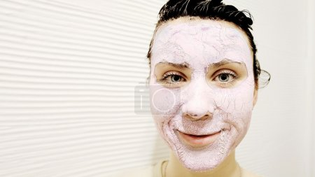 Photo pour Portrait d'une femme avec un masque spa sur fond blanc - image libre de droit