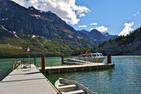 Photo pour St Mary Lake Cruises. Lac Saint Mary dans le parc national des Glaciers dans le Montana, États-Unis d'Amérique. Croisières scéniques. Montana Collection de photographies . - image libre de droit