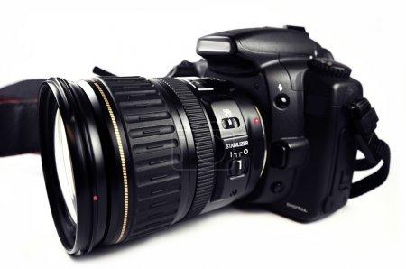 Photo pour Appareil photo reflex numérique / appareil photo reflex numérique professionnel avec objectif zoom isolé sur blanc. Caméra photo corps noir PRO . - image libre de droit
