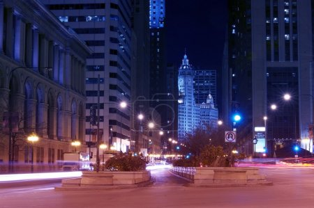 Photo pour Michigan Avenue After Dark - Chicago, Illinois États-Unis. Michigan Avenue est une rue nord-sud de Chicago. Michigan Avenue et The Magnificent Mile Straight Ahead. Photographie longue exposition . - image libre de droit