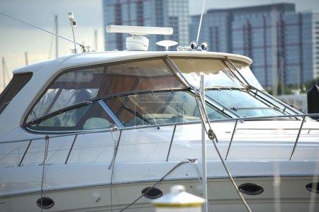 Photo pour Bateau de luxe amarré à City Harbor. Photo horizontale - Fermeture du bateau . - image libre de droit