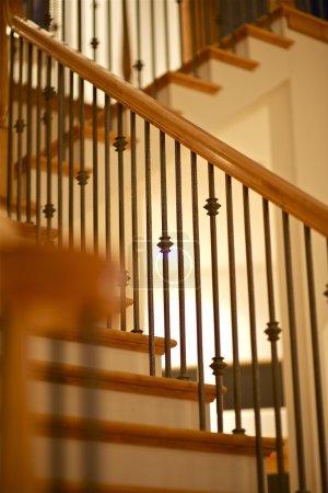 Photo pour Escaliers en bois - photographie artistique de l'escalier. peu de sombre mais très créatif. - image libre de droit
