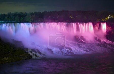 Photo pour Niagara Falls la nuit. Eaux lumineuses des chutes Niagara. Photographie prise du côté canadien. Niagara Falls, Ontario Canada . - image libre de droit
