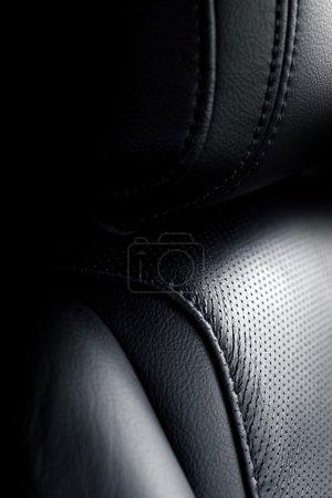 Photo pour Sièges en cuir. Siège de conducteur en cuir de véhicule moderne. Intérieur du véhicule . - image libre de droit