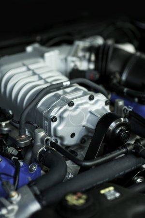 Photo pour Moteur hautes performances du véhicule. Cette centrale électrique génère plus de 400 chevaux. photo verticale. - image libre de droit