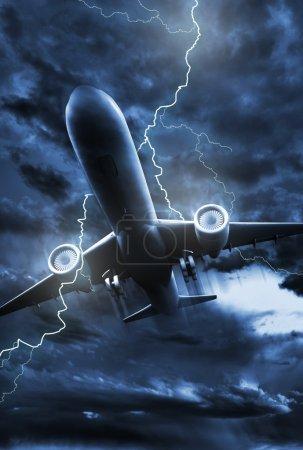Photo pour Illustration de coup de foudre d'avion. Ciel orageux NIght avec éclair frappant dans l'avion à réaction. Photo verticale . - image libre de droit