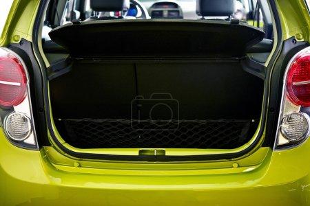 Photo pour Petite zone de fret de voiture de ville - Open Car Trunk Closeup. Collection de photos Transport . - image libre de droit