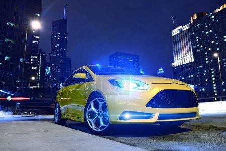 Photo pour Performance voiture jaune dans le centre-ville de Chicago. Rapide et furieux. Voiture de nuit - Thème urbain. Collection de photographies des véhicules de performance . - image libre de droit