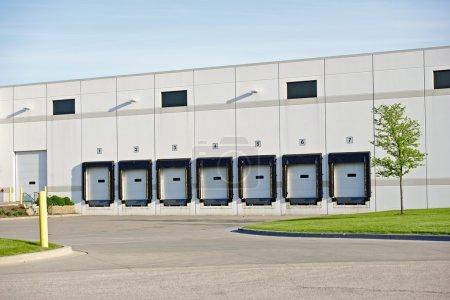 Photo pour Portes du camion livraison dans l'entrepôt. photo de parc d'affaires. collection de photos d'affaires. - image libre de droit