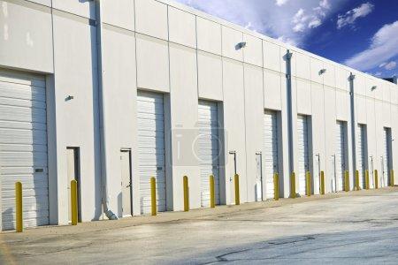 Photo pour Portes de l'entrepôt. collection photo industrie de livraison, de stockage et de chargement. immeuble de grand entrepôt. toutes les portes fermées. - image libre de droit