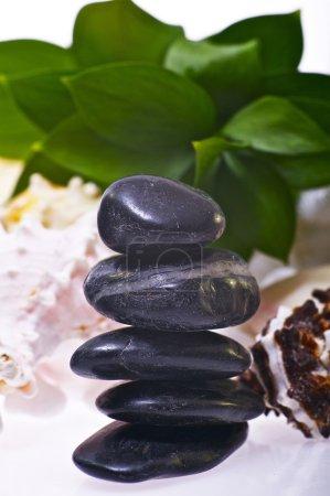 Photo pour Équilibre Zen roches agrandi. Zen balance de cailloux. photo de concept spa et des soins de santé. - image libre de droit