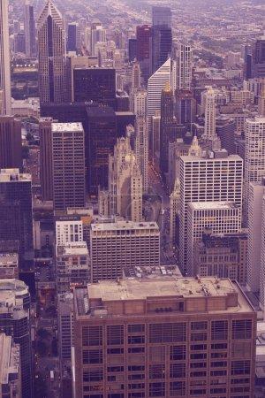 Photo pour Chicago Ultraviolet Downtown - Photographie verticale. Chicago, Illinois, États-Unis. Collection des villes américaines . - image libre de droit