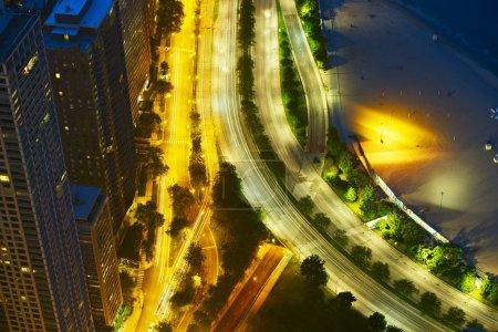 Photo pour Night Streets de Chicago. Chicago Lake Shore Drive d'en haut. Traffic Motion in Long Exposure Photography. Collection de photos des villes américaines . - image libre de droit